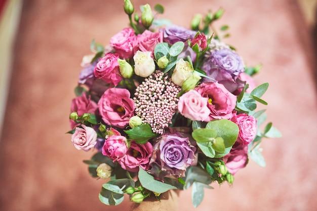 Prachtig bruidsboeket gebonden met zijden linten en kant met een sleutel in de vorm van een hart. Gratis Foto
