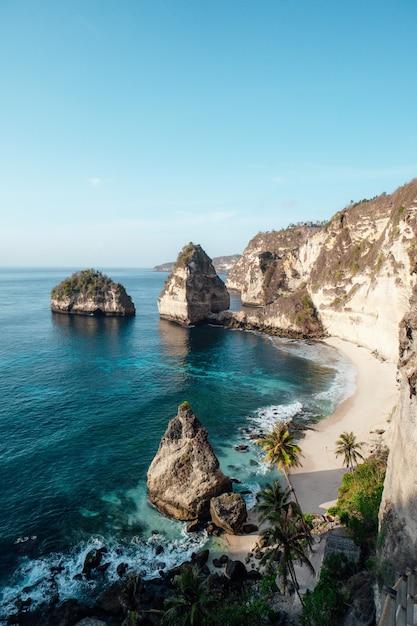 Prachtig diamond beach in penida island, bali, indonesië Gratis Foto