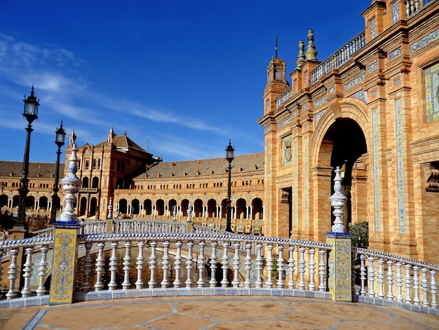 Prachtig gedecoreerde bruggen en gebouwen van het plaza de españa in sevilla, spanje Premium Foto