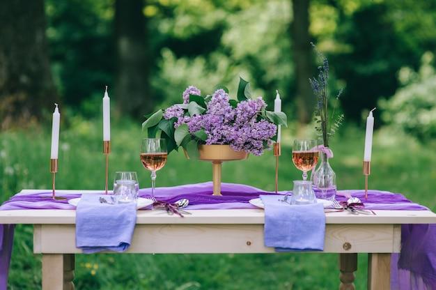 Prachtig gedekte tafel buiten met bloemen en decor Premium Foto