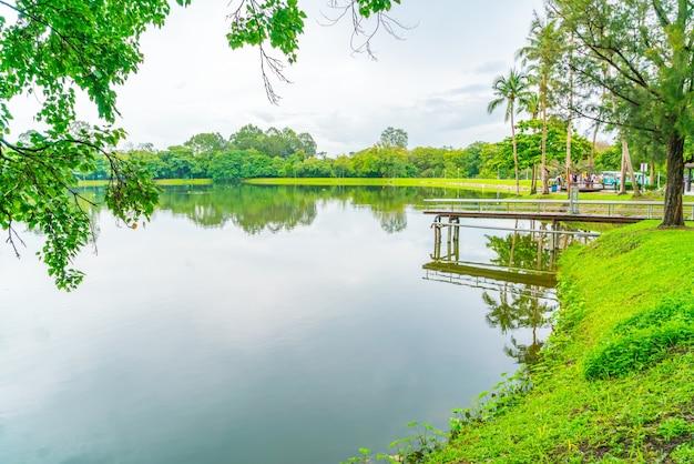 Prachtig groen park met vijver, ang kaew in chiang mai universi Gratis Foto