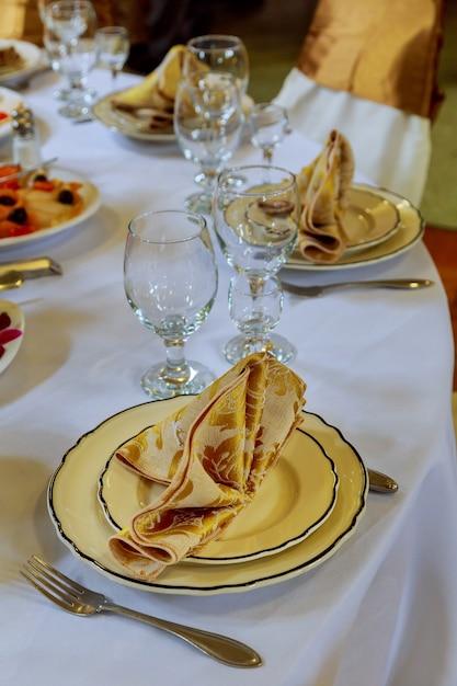 Prachtig ingerichte tafels gasten met decoraties Premium Foto