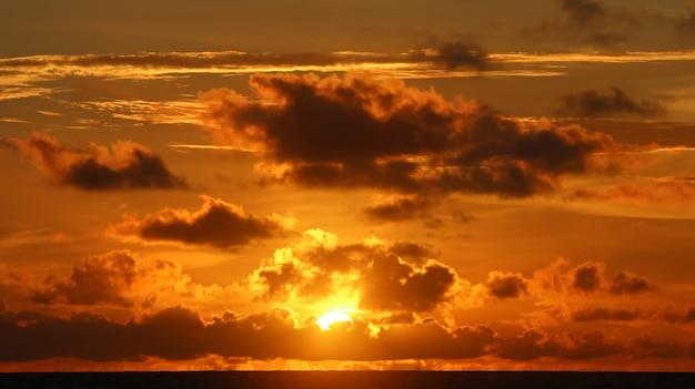 Prachtig landschap op het strand met zonsondergang en wolken Gratis Foto