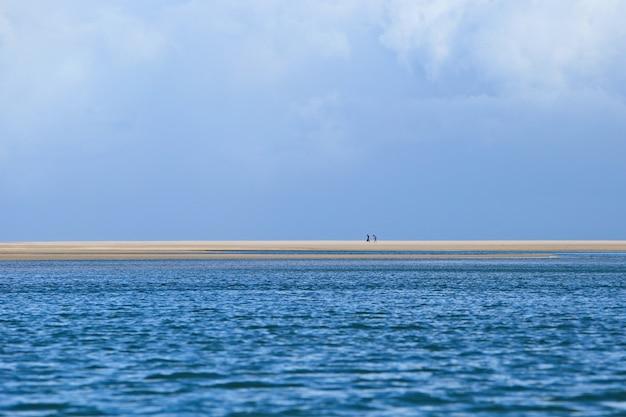 Prachtig landschap van de betoverende oceaangolven die naar de kust bewegen Gratis Foto