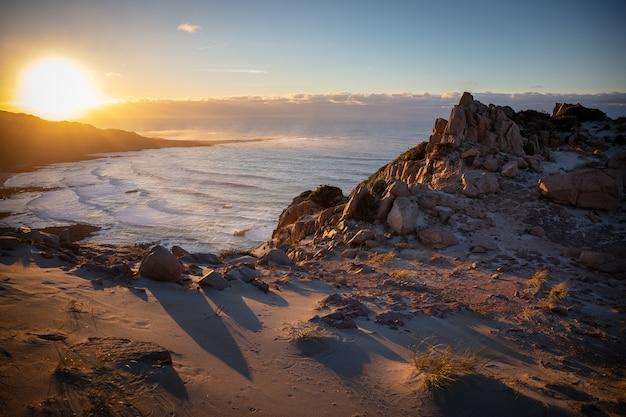 Prachtig landschap van een rotsachtige kust met uitzicht op zee Gratis Foto