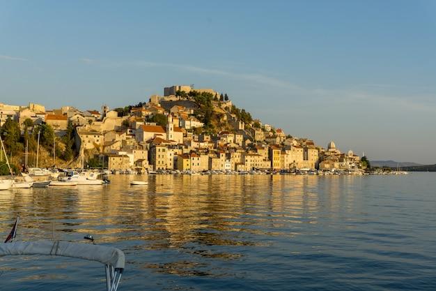 Prachtig landschap van een stadsgezicht met veel gebouw aan de kust van de zee in kroatië Gratis Foto