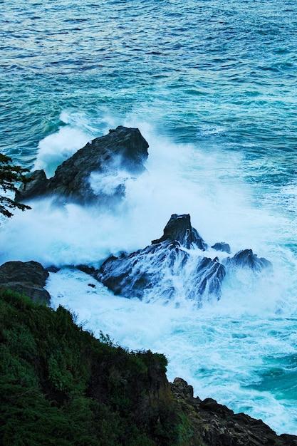 Prachtig landschap van rotsformaties aan zee Gratis Foto