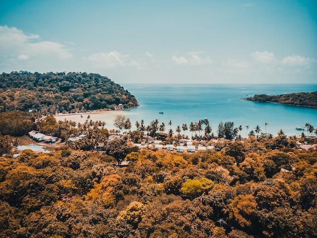 Prachtig luchtfoto van strand en zee Gratis Foto