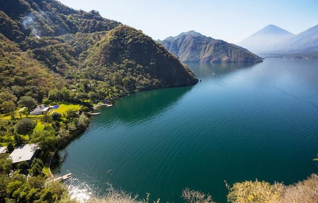 Prachtig meer atitlan en vulkanen in de hooglanden van guatemala, midden-amerika Premium Foto