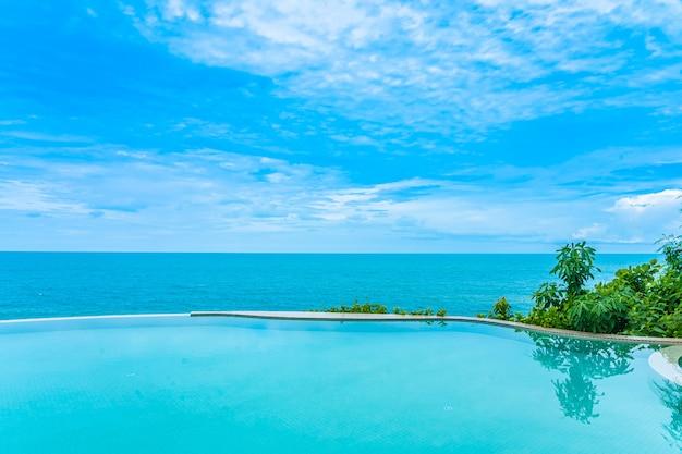 Prachtig oneindig buitenzwembad met uitzicht op zee Gratis Foto