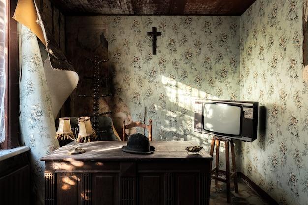 Prachtig oud huis met vintage meubelen vastgelegd in belgië Gratis Foto