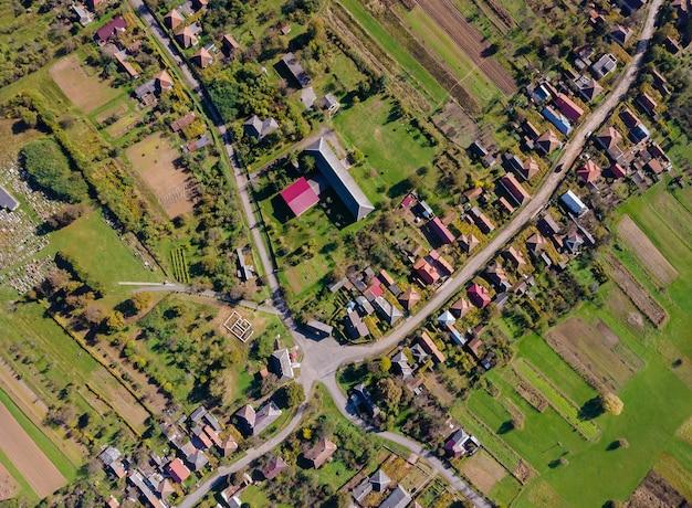Prachtig panoramisch luchtfoto met velden van hoogte uitzicht op het dorp Premium Foto