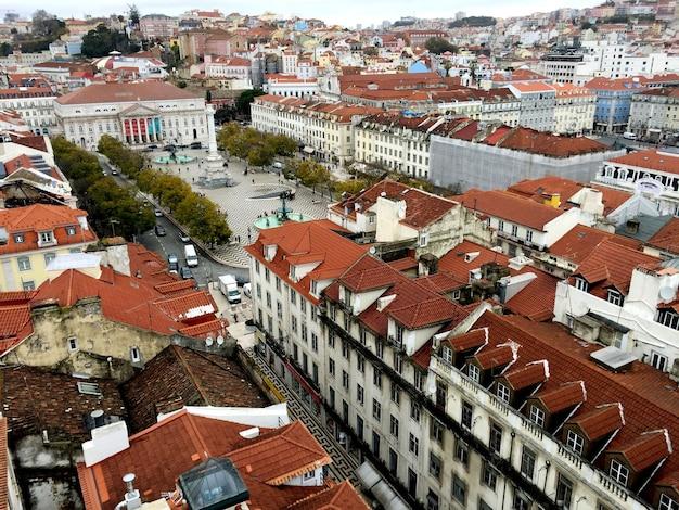 Prachtig panoramisch uitzicht op de stad van bovenaf. lissabon. portugal Premium Foto