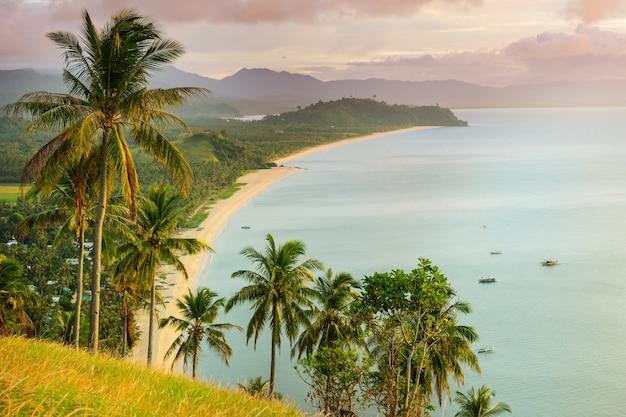 Prachtig schilderachtig uitzicht op zee baai en bergeilanden, palawan, filippijnen Premium Foto