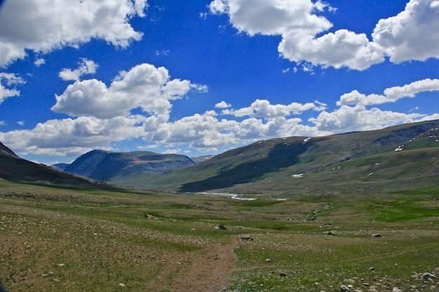 Prachtig schot van bergen en een groene vallei Gratis Foto