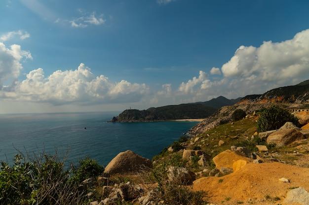 Prachtig schot van de zee in de buurt van de bergen onder een blauwe lucht in vietnam Gratis Foto