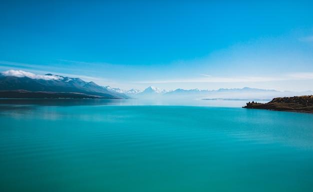 Prachtig schot van het meer pukaki en mount cook in nieuw-zeeland Gratis Foto