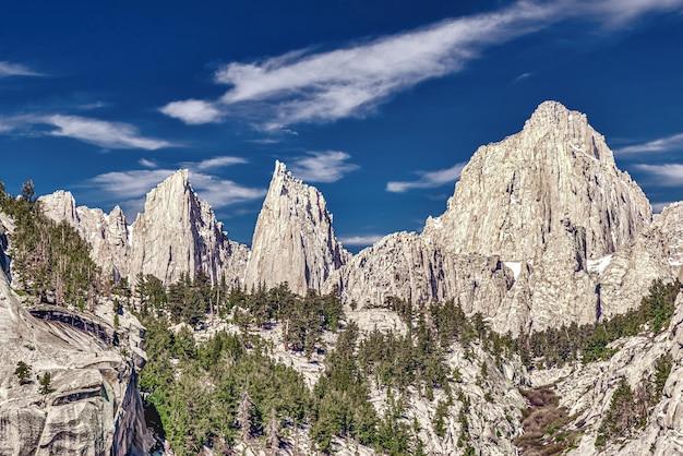 Prachtig schot van mount whitney in californië, vs met een bewolkte blauwe hemel Gratis Foto