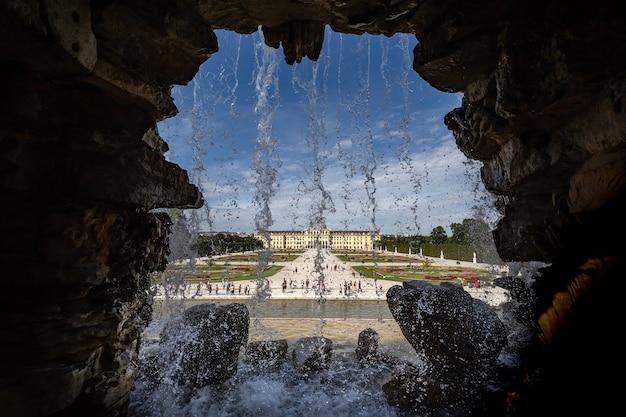 Prachtig schot van watervallen met uitzicht op paleis schönbrunn in wenen, oostenrijk Gratis Foto