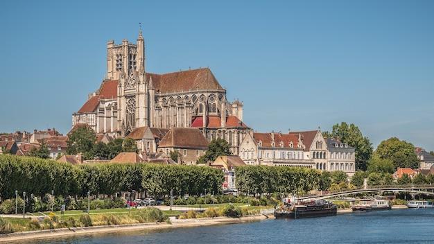 Prachtig shot van de auxerre-kathedraal in de buurt van de rivier de yonne op een zonnige middag in frankrijk Gratis Foto