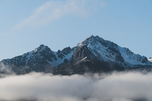 Prachtig shot van de top van een berg Gratis Foto