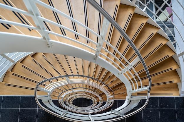 Prachtig shot van de trap met een wenteltrap Gratis Foto