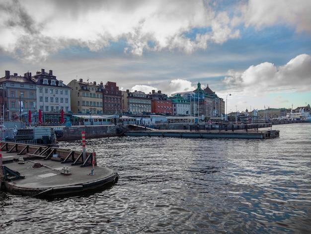 Prachtig shot van kleurrijke gebouwen aan de rand van de zee Gratis Foto