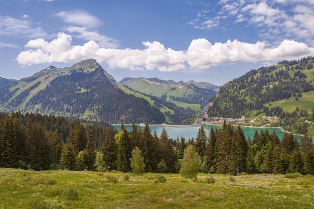 Prachtig shot van lac de l'hongrin met strakblauwe lucht Gratis Foto