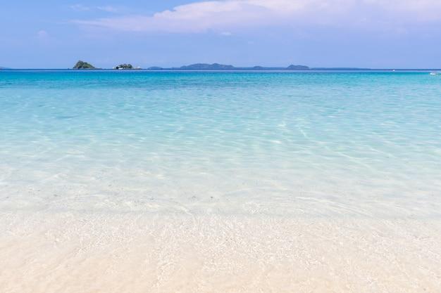 Prachtig strand weergave koh chang eiland zeegezicht in trad provincie oost-van thailand op blauwe hemelachtergrond Gratis Foto