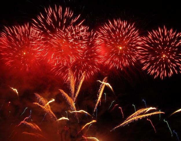 Prachtig traditioneel vuurwerk tijdens het lokale pyrotechnische dorpsfeest in mqabba, malta Gratis Foto