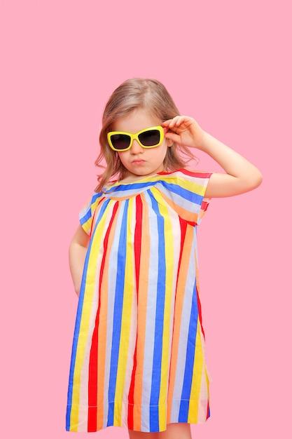 Prachtig trendy meisje in een stijlvolle jurk Premium Foto
