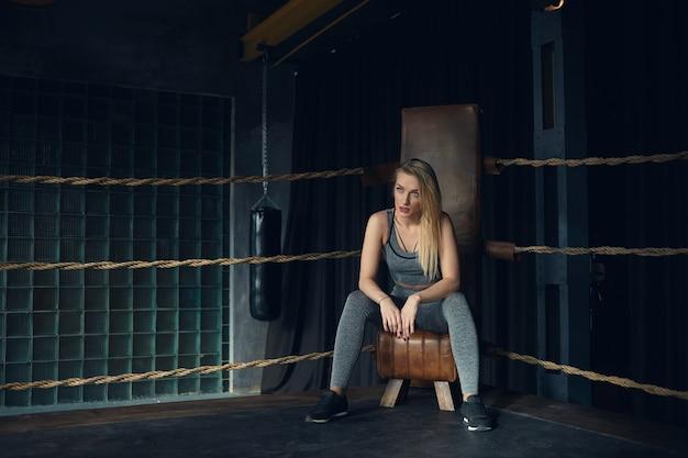 Prachtig trendy ogend jong vrouwelijk model met los geverfd haar Gratis Foto