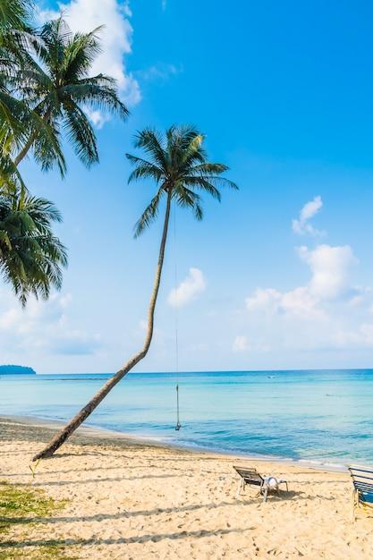 Prachtig tropisch strand en zee Gratis Foto