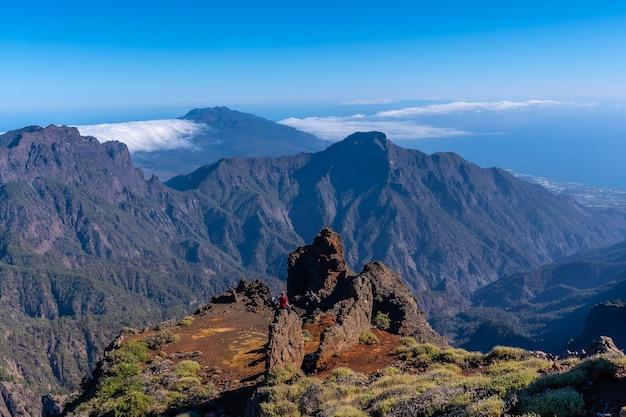 Prachtig uitzicht bovenop de caldera de taburiente nabij roque de los muchachos op een zomermiddag, la palma, canarische eilanden. spanje Premium Foto