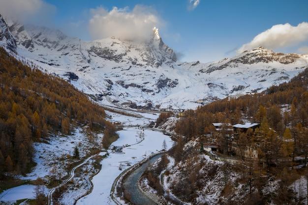 Prachtig uitzicht op bergen en bos bedekt met witte sneeuw tijdens de winter Gratis Foto