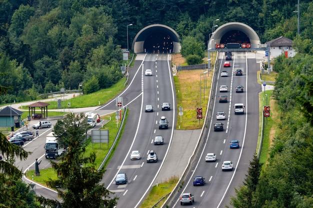 Prachtig uitzicht op bergen en toegang tot autobahn-tunnel in de buurt van het dorp van werfen, oostenrijk Premium Foto