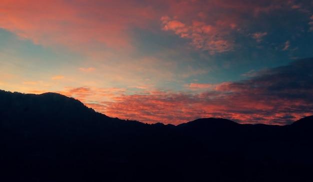 Prachtig uitzicht op de berg tijdens de zonsondergang Gratis Foto