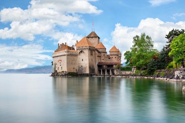 Prachtig uitzicht op de beroemde chateau de chillon aan het meer van genève, zwitserland Premium Foto