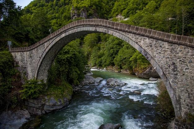 Prachtig uitzicht op de brug gevangen in dorp arhavi kucukkoy, turkije Gratis Foto