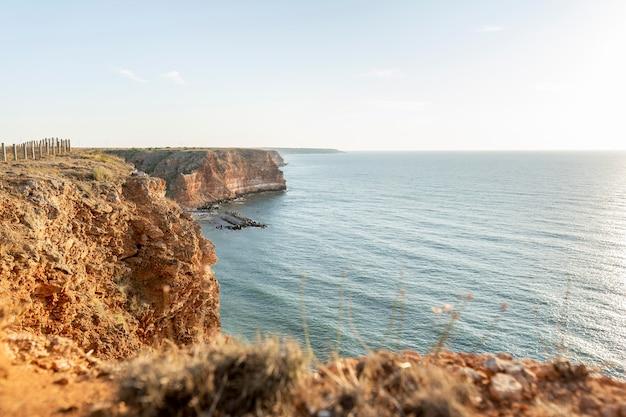 Prachtig uitzicht op de kust met oceaan Gratis Foto