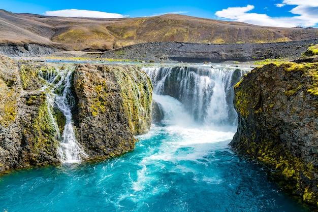 Prachtig uitzicht op de sigoldufoss-waterval in het natuurreservaat fjallabak Premium Foto