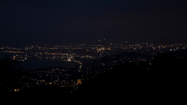 Prachtig uitzicht op de stad 's nachts vanaf een grote hoogte van de bergen Premium Foto