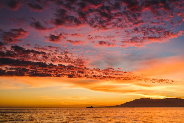 Prachtig uitzicht op de zonsondergang op zee Gratis Foto