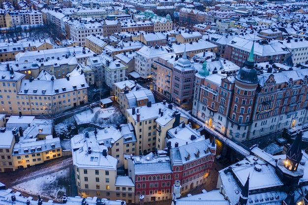 Prachtig uitzicht op een besneeuwd stadsbeeld tijdens een vroege ochtend Gratis Foto