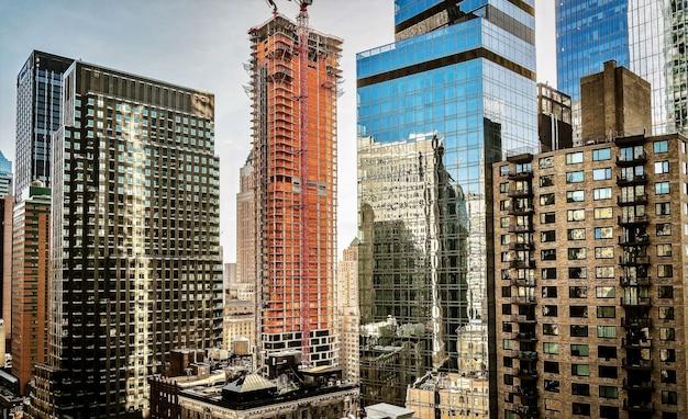 Prachtig uitzicht op een binnenstad met gebouwen die gedeeltelijk bedekt zijn met glas Gratis Foto