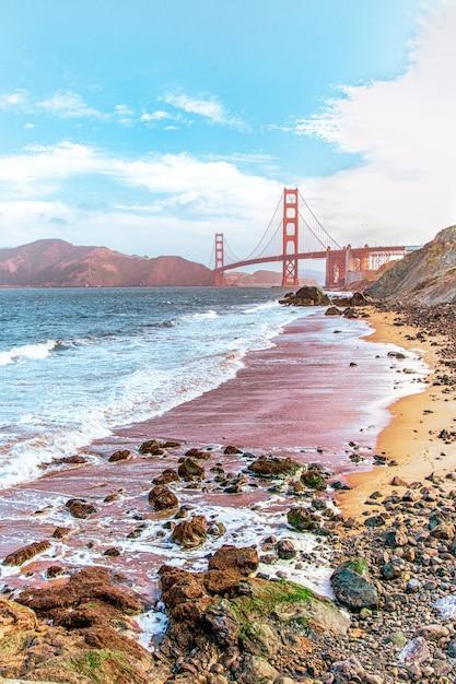 Prachtig uitzicht op een strand in san francisco met de baker bridge zichtbaar Gratis Foto