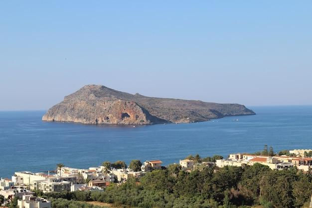 Prachtig uitzicht op het dorp platanias op kreta, griekenland, vol met bomen en gebouw vlakbij de kust Gratis Foto