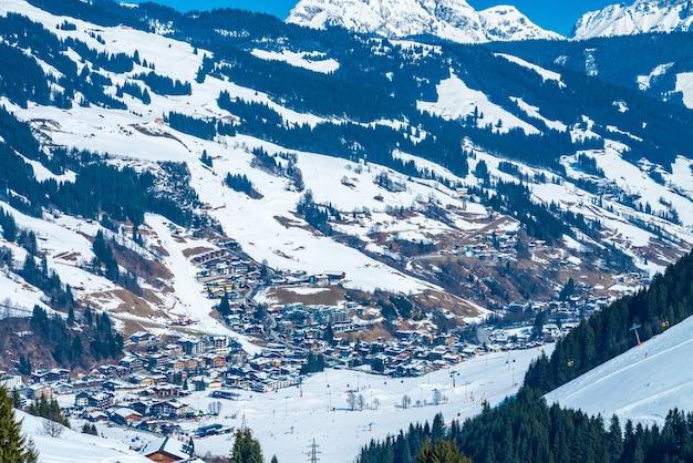 Prachtig uitzicht op het skigebied saalbach in de winter Gratis Foto