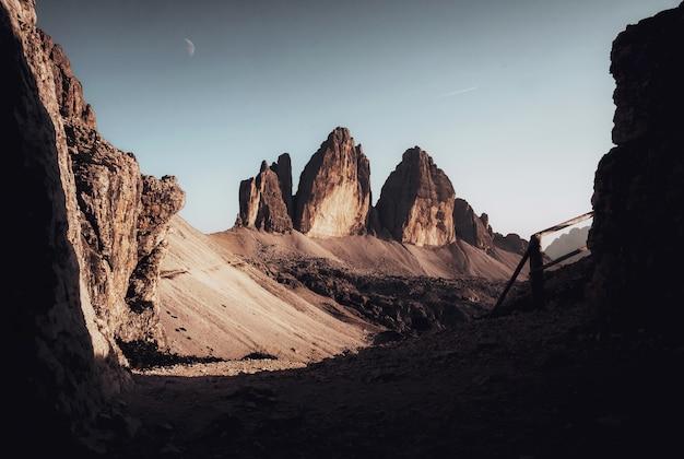 Prachtig uitzicht op uitstekende rotsformaties onder de helderblauwe hemel Gratis Foto