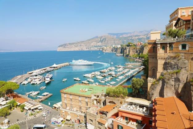 Prachtig uitzicht over de stad sorrento aan de middellandse zee, italië Premium Foto